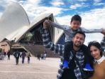 raffi-ahmad-sekeluarga-dengan-latar-belakang-opera-house-di-sydney.jpg