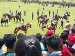 ratusan-ekor-kuda-bertarung-di-arena-pasola.jpg