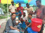 relawan-koppral-sementara-membagikan-ikan-segar.jpg