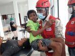 relawan-pmi-sedang-menggotong-seorang-anak-yang-jadi-korban-banjir.jpg