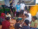 relawan-sos-cvi-kembalikan-keceriaan-emak-emak-di-posko-pengungsian-lewat-minyak-kelapa-murni.jpg