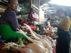 salah-satu-pedagang-daging-ayam-di-pasar-muntilan-kabupaten-magelang_20180725_191809.jpg