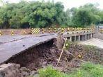 salah-satu-sisi-jembatan-waima-yang-mulai-rusak-akibat-diterjang-banjir.jpg