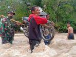 satgas-yonarmed-3105-tarik-bantu-masyarakat-lewati-sungai.jpg