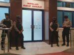 sejumlah-anggota-kepolisian-resor-cirebon-melakukan-penjagaan_20180825_164743.jpg
