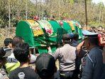 sejumlah-warga-dan-keluarga-serta-polisi-mengikuti-proses-pemakaman-haringga-sirla_20180924_162804.jpg