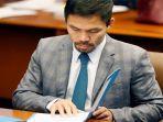 senator-filipina-dan-juara-tinju-manny-pacquiao-membaca-materi-briefingny.jpg