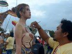 seniman-melukis-tubuh-model-saat-pagelaran-sanur-village-festival-2018_20180826_163910.jpg