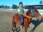 seorang-anak-sedang-melatih-kudanya-di-lapangan-rihi-eti-prailiu_20180927_173508.jpg