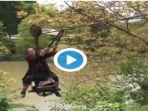 seorang-nenek-78-tahun-harus-melintasi-sungai-menggunakan-kereta-gantung_20180214_131354.jpg
