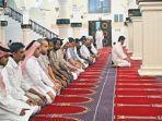 sholat-berjemaah-di-masjid.jpg