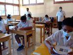 siswa-peserta-di-smpn-2-langke-rembong-sedang-mengikuti-ujian-sekolah.jpg