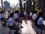 siswa-siswi-smk-negeri-2-sabu-saat-mengikuti-ujian-sekolah-di-luar-kelas.jpg