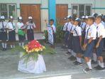 siswa-smpk-santa-theresia-lewoleba-berikan-bunga-untuk-guru.jpg