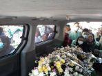 tangis-keluarga-menyambut-jenazah-isti-yudha-prastika.jpg