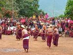 tarian-adat-suku-lewotala-saat-menggelar-ritual-adat.jpg