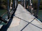 terlihat-jembatan-yang-rusak_20171019_135624.jpg