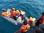 tim-basarnas-sedang-mengevakuasi-nelayan.jpg