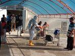 tim-covid-19-menyemprot-disinfektan-barang-penumpang-di-bandara-umbu-mehang-kunda.jpg