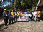 tim-relawan-menyalurkan-donasi-kepada-mahasiswa.jpg