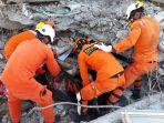 tim-sar-melakukan-evakuasi-korban-meninggal-dunia-yang-tertimba-reruntuhan_20181005_093216.jpg