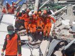tim-sar-menemukan-salah-satu-korban-meninggal-dunia-dari-reruntuhan-hotel-roa-roa-palu_20181001_143250.jpg