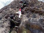 tni-panjat-tebing-saat-patroli-patok-di-perbatasan-indonesia-timor-leste.jpg