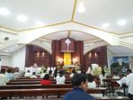 umat-gereja-st-maria-assumpta-saat-menunggu-perayaan-ekaristi_20180330_110004.jpg