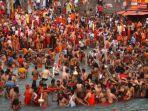 umat-hindu-berendam-di-sungai-gangga-selama-kumbh-mela.jpg