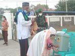 umat-islam-antre-mencuci-tangan-sebelum-memasuki-halama.jpg