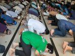 umat-muslim-melaksanakan-shalat-jumat-di-masjid-nuruss.jpg