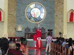 uskup-turang-berlutut-55-detik-di-gereja-kolhua.jpg