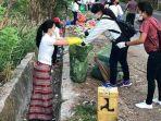 viral-foto-julie-laiskodat-ikut-masuk-got-bersihkan-sampah-yang-berserakan-di-jalan.jpg