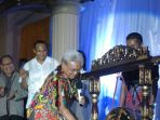 wakil-walikota-kupang-dr-herman-man-memukul-gong_20180519_163827.jpg