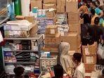 warga-berdesak-desakan-membeli-obat-di-pasar-pramuka.jpg