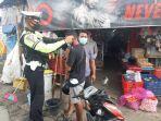 warga-bersyukur-dapat-masker-gratis-dari-polisi.jpg