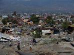 warga-dibantu-petugas-mencari-korban-gempa-bumi-palu-di-perumnas-balaroa-palu-sulawesi-tengah_20181003_085728.jpg