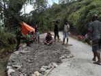 warga-golo-langkok-manggarai-swadaya-perbaiki-jalan.jpg