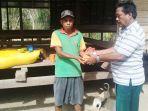 warga-korban-bencana-angin-kencang-menerima-bantuan_20181022_101512.jpg