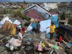 warga-korban-gempa-bumi-menyelamatkan-barang-berharga-yang-masih-bisa-digunakan-di-petobo-palu_20181007_130252.jpg