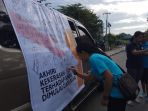 warga-kota-kupang-sementara-menandatangani-kampanye-dukung-stop-kekerasan_20180512_092612.jpg
