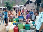 warga-mbarata-labuan-bajo-saat-menerima-bantuan-air-bersih-lewat-mobil-tangki-pdam_20181002_173535.jpg