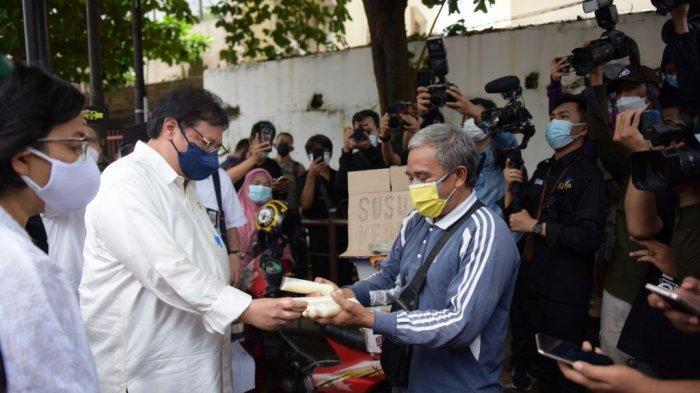 Menko Airlangga Serahkan Bantuan Tunai PKL dan Pelaku Usaha di Medan