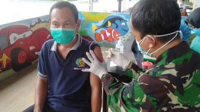 Sebanyak 250 warga binaan Rutan Kelas IIB Menggala, Tulangbawang, Lampung menjalani vaksinasi Covid-19, Senin (12/7/2021).