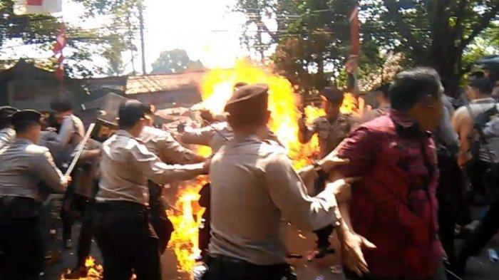 Polisi yang Dibakar Mahasiswa Dikabarkan Meninggal,  Polda Jabar Sebut Hoaks