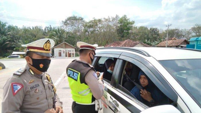 Anggota Satlantas Polres Mesuji memeriksa mobil pribadi di pos check poin exit tol Simpang Pematang Km 240 Mesuji, Lampung, Kamis (8/7/2021).