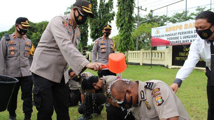 75 Personel Polres Way Kanan Terima Kenaikan Pangkat, Kapolres Pimpin Tradisi Siraman