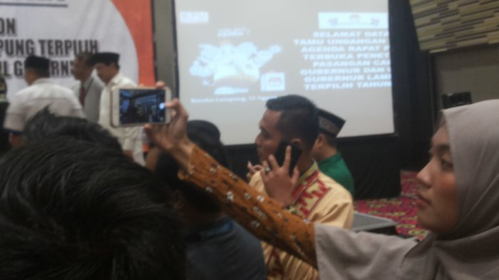 Gaya Adik Bungsu Nunik Abadikan Momen Pleno Pemenang Pilgub