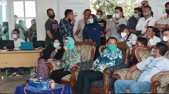 Adipati-Ali Rahman Pantau Quick Count Pilkada Way Kanan 2020 Bersama Istri Masing-masing