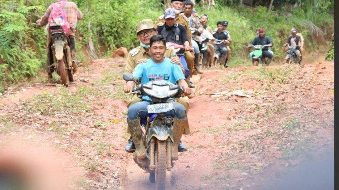 Bupati Pesisir Barat Agus Istiqlal Kunjungi Warga di Dusun Proliman Pekon Pagar Bukit Bangkunat